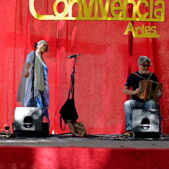 CREAVUE-ARLES. (thierrymuller) Tags: art elpadrepicture thierrymuller rouge photo photographie d610 85 france french frenchtouch musique music mamanano nikonpassion nikon chanteuse chant accordeon color couleur convivencia lady officinazoe musicien