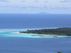 "Bora Bora au premier plan et Mopiti au fond <a style=""margin-left:10px; font-size:0.8em;"" href=""http://www.flickr.com/photos/83080376@N03/16942209219/"" target=""_blank"">@flickr</a>"