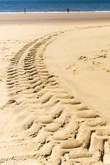 Marcas en la arena (Julianrg) Tags: summer espaa orange beach andaluca spain sand track huelva trace tire playa arena verano prints marca naranja imprint parador huellas moguer mazagn trazo neumtico