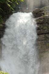 Housi und Andre bei den Giessbachflle ( Giessbachfall  - Wasserfall - Waterfall ) des Giessbach bei Giessbach am B.rienzersee im Berner Oberland im Kanton Bern der Schweiz (chrchr_75) Tags: chriguhurnibluemailch christoph hurni schweiz suisse switzerland svizzera suissa swiss chrchr chrchr75 chrigu chriguhurni mai 2015 hurni150531 kantonbern berner oberland berneroberland giessbachflle wasserfall waterfall giessbach bach creek wasser water eau albumwasserflleimkantonbern albumwasserfllewaterfallsderschweiz   vandfald cascade  cascada waterval wodospad vattenfall vodopd slap andre albumandre albumfamilie familie