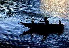 Luciano, sus nias y la cada de sol... (ChinoEstrada) Tags: sunset lake contraluz lago atardecer magic atitlan telefono magia iphone