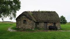 Cette chaumière existait déjà lors de l'année du conflit... (LILI 296...) Tags: ecosse chaumière culloden bataille extérieur maison batisse chaume cheminée banc