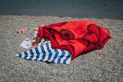 Marinello, 2016 (Antonio_Trogu) Tags: italia italy sicilia sicily streetphotography candid urban antoniotrogu nikonafs35mm18 nikond3100 2016 marinello laghetti spiaggia beach bagnante bather towel asciugamano telo ombrellone umbrella rosso red donna woman