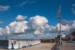 Cabines de plage - Beach huts (Frederique Triffaux) Tags: nord malolesbains plage cabinesdeplage pentaxart dunkerque nordpasdecalais france nuage clouds cloudysky pentaxk10d