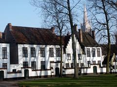 Maisons du béguinage à Bruges (alain_halter) Tags: belgique façades arbres bruges herbe fenêtres clocher fentres faades régionflamande