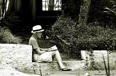 Leitura (Antonio Marin Jr) Tags: antoniomarinjr pretoebranco pb blackwhite lendo homem men sentado leitura livro