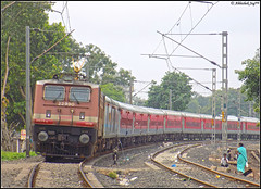 ET WAP-4 (Abhishek Jog) Tags: mighty et wap4 22990 relentlessly curving out bpl jn charging bang time running 18245 bspbkn express stubborn itarsi junction bhopal bhopaljn bsp bkn bilaspur bikaner bilaspurbikaner towards seh sehore bih bairagarh lhb from hbj habibganj outskirts