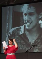 re:publica 15 Tag 3: Kitsch oder Komik: Italienische Schlagerschnulzen werden übersetzt vorgetragen.