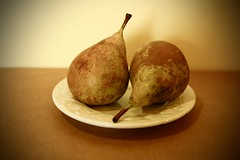 Dos Peras .... (davidgv60) Tags: david60 peras plato frutas color composicin fujifilmxt10 espaa spain luznatural caja interior alimentos natur natural pomesphotodgv