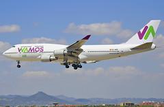 BARCELONA-EL PRAT (Josep Oll) Tags: jumbo boeing 747 heavy pasajeros avin cuatrimotor wamos barcelona lebl bcn aeropuerto aterrizaje fotos spotting spotters landing 25r approaching nubes meteo grande reactor jet