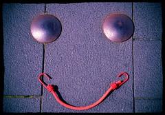 Riso a mare (Colombaie) Tags: molo lungomare fiordo danimarca denmark aalborg pavimento pavimentazione dossetti metallo tirante biciclatta perduto pareidolia faccia viso sorriso occhi bocca casuale lborg