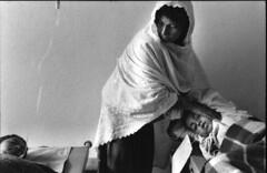 Мать с сыном пострадавшим во время Гражданский войны в отделении Красного Креста в Кабуле. Афганистан. 1992 год. (warshistory) Tags: allongé asianotherasianorigin asiatiquedirandeturquiedasiecentrale bedroom blessé boy3to13years chambre faces foulardislamique garçon3à13ans hand hôpital hospital imagetoosmall intérieur interior islamicscarf kaboulville kabul lyingdown main mère mother processed tenderness tendresse victim victime wounded