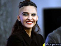 Sonam-Kapoor-smile-beautiful-photo-red-lips-half-bun-hairstyle-640x480 (marisabuffagni) Tags: sonam kapoor indian star actress bollywood baldness calva bald pelata tosata rasata rapata zero pomo rase blanc tondue shaved buzzed crop clipper macchinetta smooth liscia smoothness capelli stile taglio haircut hairstyle hairlook hair look style oster wahl tosatrice rasoio schiuma lametta gillette