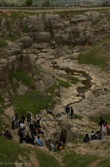 Remembrance ceremony around Cumgus mass grave (Julia Buzaud) Tags: turkey turkiye genocide diyarbakir turkije armenian turchia massgrave massacresite gomidas ungus