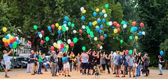 Jeder Ballon ist einer zuviel (UsualRedAnt) Tags: berlin canon kreuzberg germany deutschland ballon event tod mensch drogen luftballon 70d oranienplatz gedenktag