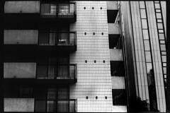 PARCELLE 16-021_03 (gyjishukke) Tags: monochrome analog ville sige balcon trame 400tx trix hc110 800iso x700 argentique believeinfilm rideaux scanlowdef