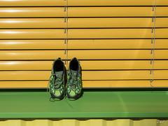 Tentative de camouflage, rate (O'phil) Tags: couleur jaune vaud verte villeneuve chaussures