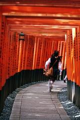 Fushimi Inari (lylieperseid) Tags: temple child kitsune japon japan red voyage trip exterieur kyoto
