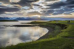 Caminando en Hfn (Mauro Esains) Tags: hfn cielo paisaje costa mar agua isla islandia sol nubes de media noche contraluz gente madre hija glaciar montaas hielo frio seren