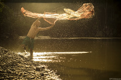 Detrs de la luz (pvelasquezfranco) Tags: trip travel fish net water rio america river outdoors person fishing fisherman colombia sur silueta magdalena