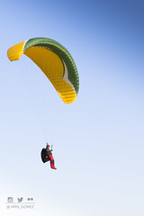 Trmicas sin motor. (mrn_gomez) Tags: paracaidas parachute parapente sky ala wing yellow amarillo azul blue cielo gradient gradiente colour color day da light luz nikon person persona sport deporte air aire wind viento white blanco