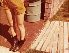 Her paws twitched in her dreams (Robert Saucier) Tags: maine statepark jambes legs shorts bottes boots bottines chaussures shoes orange poubelle trashcan imgmaine trottoir sidewalk planches bois wood peau skin cline