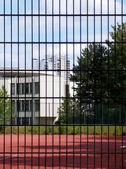 (h.d.lange) Tags: berlin peripherie gropiusstadt sportplatz hochhaus schlafstadt
