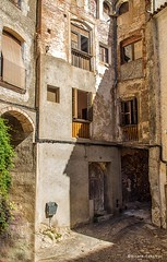 2194  Una calle de Miravet, Tarragona (Ricard Gabarrs) Tags: calle calles edificio casa casas callejeando ricardgabarrus olympus ricgaba callejon