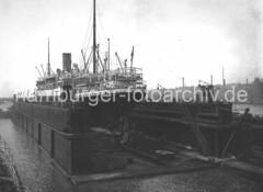 X34711_IV_94 Schwimmdock, Elbdock der Hamburger Werft Blohm + Voss; der Dampfer Cäcilie ist eingedockt. (christoph_bellin) Tags: fotos hamburger hafen bilder entwicklung geschichte alte werft historische fotoarchiv bootsbau schiffswerft werftarbeiter