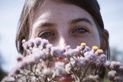 (Nowhere land ) Tags: flowers portrait woman flores girl face look mujer eyes chica expression retrato ojos freckles mirada rostro pecas expresin