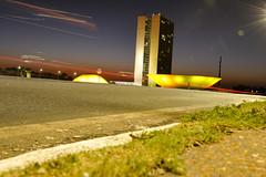 Congresso Nacional (Senado Federal) Tags: congressonacional senado cmaradosdeputados fachada externa poder braslia turismo monumentos amarelo iluminao sunrise amanhecer arquitetura exposio baixavelocidade placa bandeira df brasil bra oscarniemeyer