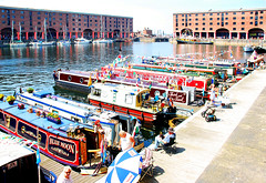 NARROWBOATS IN ALBERT DOCK. (tommypatto : Libert, galit, fraternit) Tags: liverpool boats barcos albertdock narrowboats