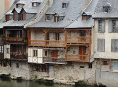 Espalion - Aveyron (Cherryl.B) Tags: village aveyron tourisme maisons habitations balcon fleuve chienassis lucarne toit ardoise faade