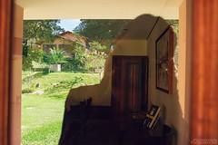 Dos planos y yo (Pedreishon) Tags: verde azul casa puerta madera europa retrato venezuela autoretrato paisaje colores caracas nubes reflejo profesionales cmara pedreishon