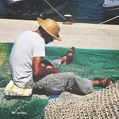 PESCADOR ZURCIENDO LAS REDES (M. del Pilar) Tags: pescador puerto port redes aparejospesca desconocido portdandratx sombrero lodefotos desafioverano2016 4desconocido