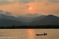 Ri-o Kam Chay,  Kampot, Camboya. (martinscphoto) Tags: camboya rio chay 2015 martinscphoto kampot atardecer river persador pescador barca remo neblina