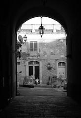 NEL FRESCO DI UNA CORTE (Valentino Mallaci) Tags: italia bn sicily sicilia caltagirone