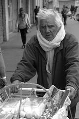 Vendedor ambulante (www.pablotipo.cl) Tags: hombre ambulante vendedor calle callejero anciano