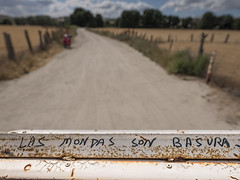 1933-2016-BR (elfer) Tags: vallas carteles curiosidades ecologa basura caminos rivasvaciamadrid madrid espaa
