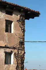 Aberturas y aperturas. (victormartn) Tags: detalle ruinas esquina euskalherria euskadi abandono guipzcoa gipuzkoa pasvasco casero arquitecturapopular arroa