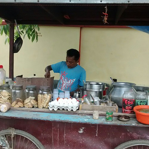 My young driver Tapash fulfilled my demand for Kadak Ginger Chai here, opp to the stadium. :-) you get to eat hot hot breakfast of roti sabji and omelet too. #travelpics #coochbehar #WestBengal