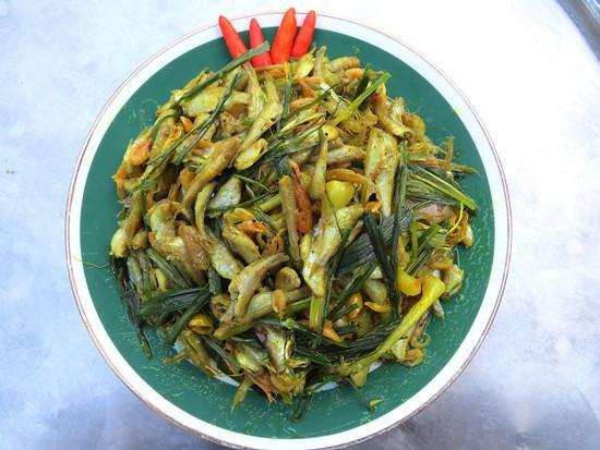 1Cá cấn kho lá nén là một món ăn bình dị nhưng lại có sức hấp dẫn đến đặc biệt