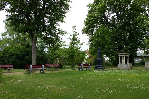 Bänke im Park der evangelischen Kirche in Selzen