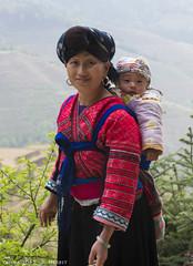 JinKeng Frau mit Kind Tracht RH (Ruggero Rdiger) Tags: china travel outdoor farmer ricefields reise longji buerin tracht reisterassen