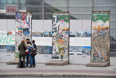 Pieces of Berlin wall (Maria Eklind) Tags: building berlin architecture germany de europe outdoor berlinwall potsdamerplatz sonycenter tyskland berlinmuren