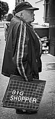 Big shopper (Eric_G73) Tags: people street streetphotography streetportrait streetlife candid candidphotography blackandwhite bw