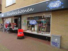 "Castricum Dorpsstraat Shoes for kids ""Schoffies"" (GeRiviera) Tags: netherlands nederland noordholland dutch straat street castricum dorpsstraat schoffies kinderschoenen"