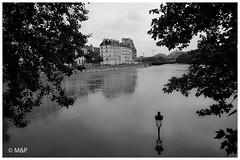 Reflection (MNP[FR]) Tags: 2016 crue paris seine iledefrance europe flood fleuve river noir et blanc black white samsung nx1 xater eau ile de la cit saint louis