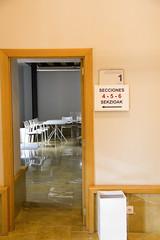 En la imagen se puede ver la zona de acceso a las mesas electorales en el Colegio de Lobiano Kultur Gunea