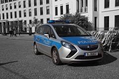 Polizei Berlin Opel Zafira Tourer FuStW (Boss-19) Tags: camera b berlin germany deutschland video mit platz cam unter ps special vehicles 1956 tor brandenburger mitte polizei holden opel vauxhall   berlijn tourer pariser zafira 165 osv pintsch gmbh 2013 30803 zirkon landespolizei anderem tr funkstreifenwagen arbeitsscheinwerfer fustw 121kw bamag 162hp warnbalken b30803